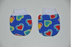 Blå vanter med multifarvede hjerter