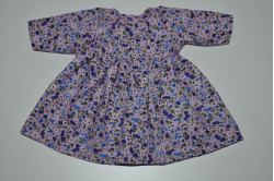 Lyserød kjole med lilla blomster