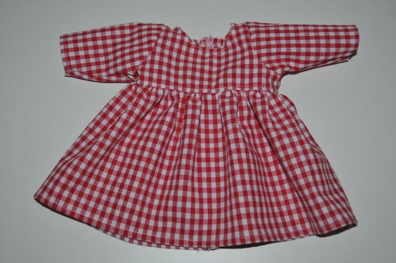 Rødternet kjole