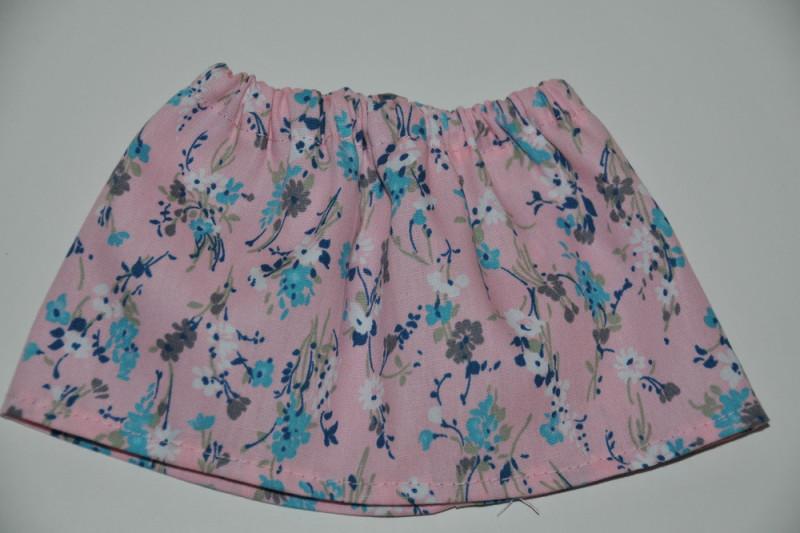 Lyserød nederdel med hvide blomster