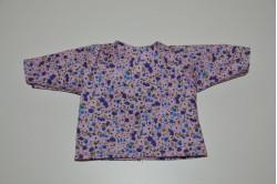 Lyserød bluse med lilla blomster